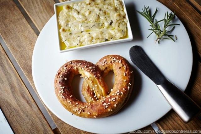 Pretzel suave con salsa de queso