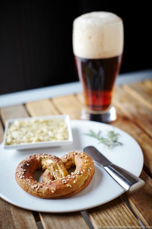 Preztel en plato con salsa de queso y cerveza