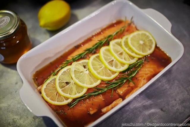 salmón en filete con rebanadas de limón y romero