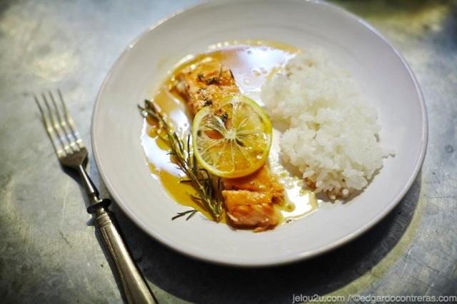 Plato con salmón glaseado y arroz al vapor
