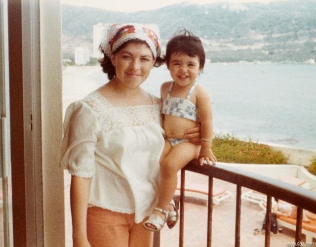 Mama y niña mar de fondo