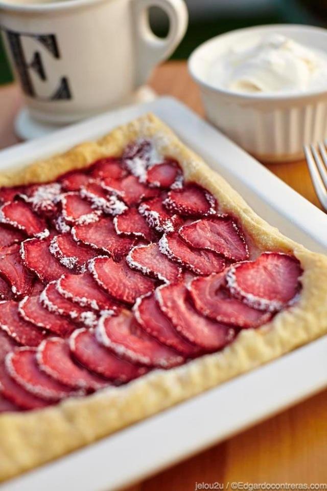 Tarta de fresas con crema batida