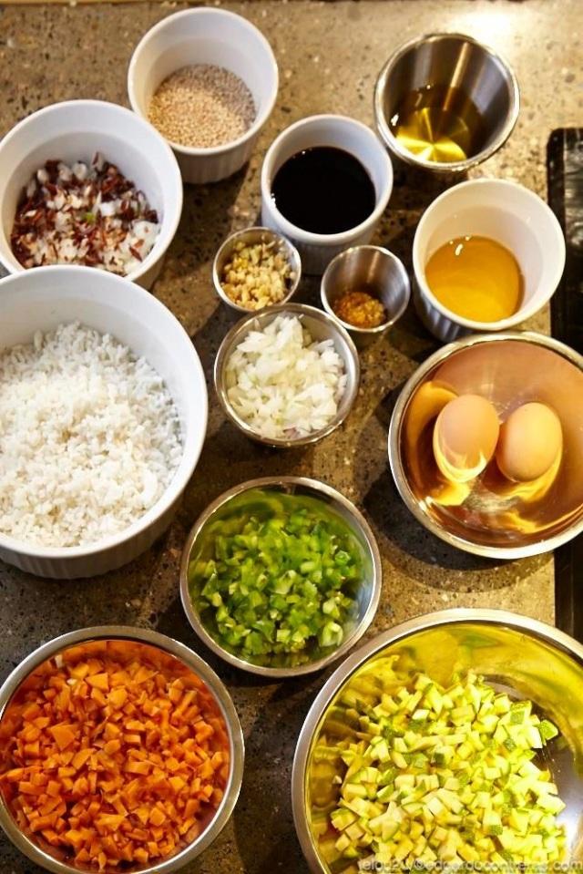 ingredientes para preparar yakimeshi ovo vegetariano