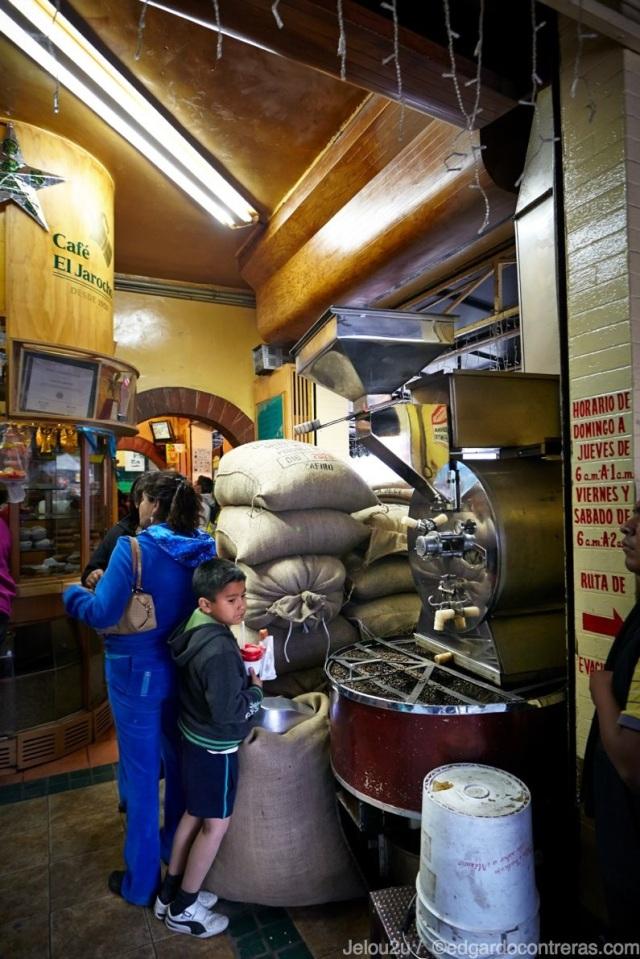 Dentro del Café El JArocho de Coyoacán