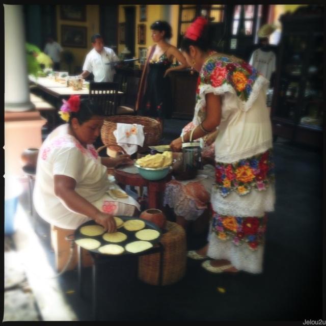 Mujeres preparando tortillas La chaya Maya
