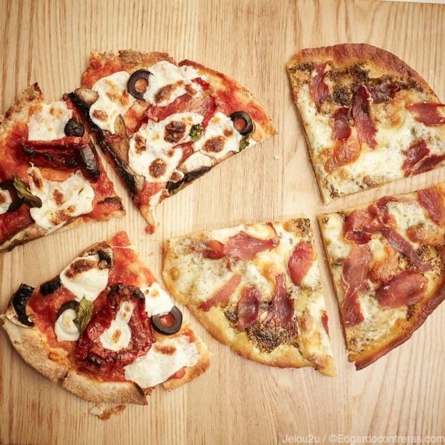 Pizza vegetariana y de jamón serrano