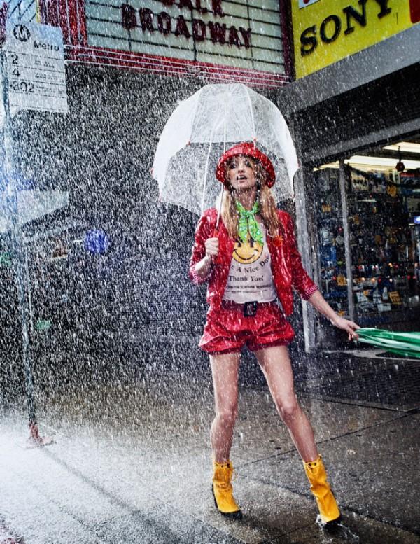 chica con conjunto roja en la lluvia