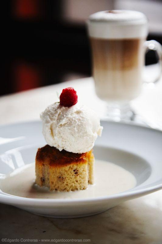 Pastel de sémola con helado de amaretto.